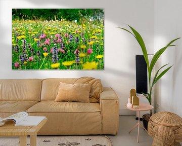 Veld met wilde bloemen van Corinne Welp