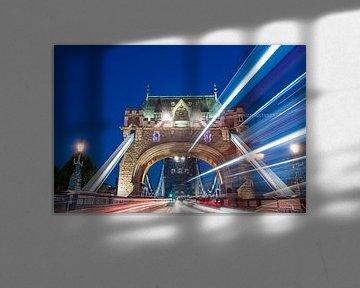 Light Trails op de Tower Bridge van Sterkenburg Media