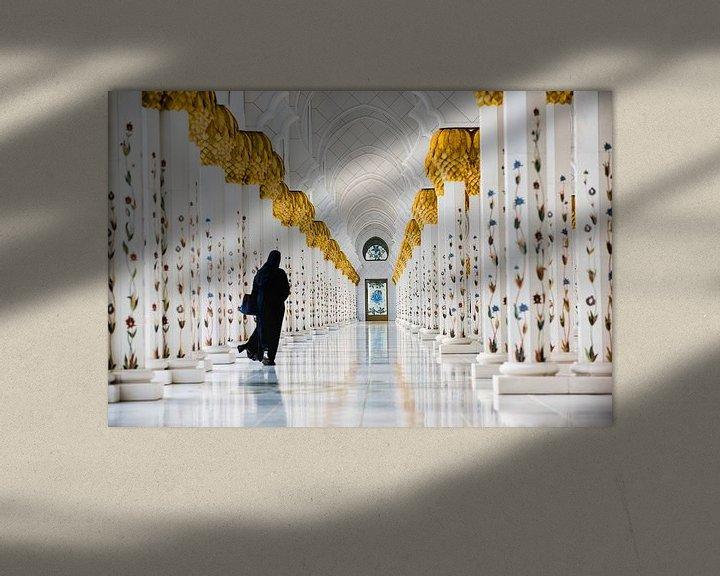 Impression: Femme dans la galerie de la Grande Mosquée Sheikh Zayed à Abu Dhabi sur Frans Lemmens