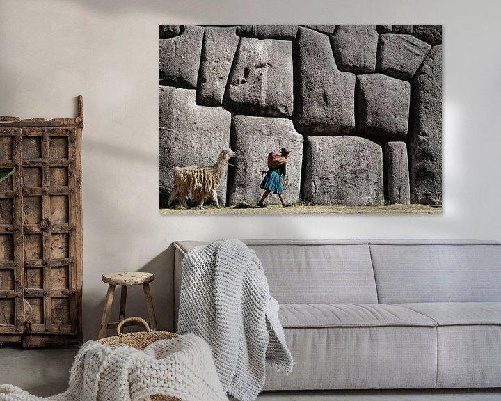Beispiel: Mädchen mit Lama bei den Inka-Ruinen von Sacsayhuaman in der Nähe von Cusco, Peru von Frans Lemmens
