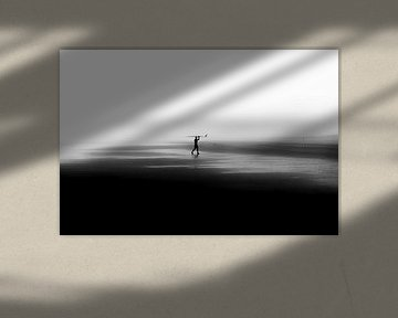 Surfer op leeg strand van Tomas Grootveld