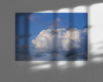 Eine weiße Wolke vor blauem Himmel von Ulrike Leone