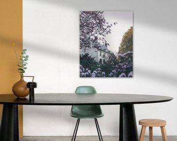 Märchenhaus zwischen Blumen von Mick van Hesteren