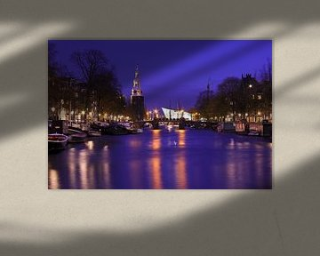 Stadtbild von Amsterdam mit dem Montelbaan-Turm bei Nacht in den Niederlanden von Nisangha Masselink