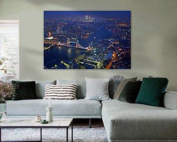 Luftaufnahme von London mit der Tower-Brücke über die Themse in England bei Nacht von Nisangha Masselink