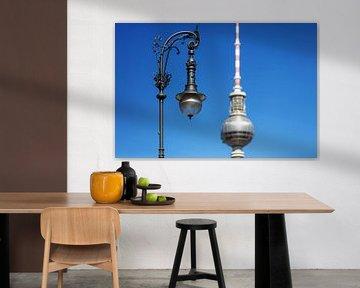 Historische Strassenlaterne mit Fernsehturm in Berlin von Frank Herrmann