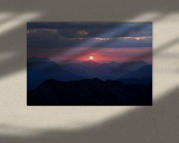 Roze zonsondergang gezien vanaf bergtop in de Alpen