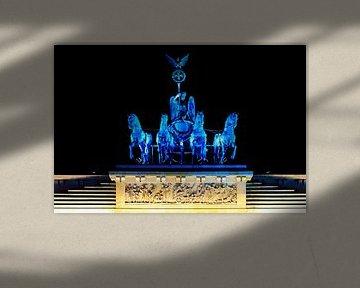 Blauw verlichte quadriga aan de Brandenburger Tor