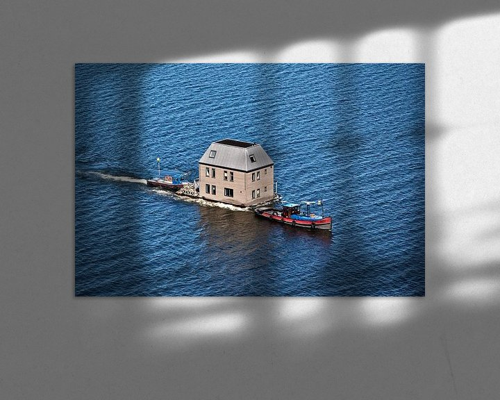 Impression: Photo aérienne du transport d'un villa sur l'eau par le lac IJsselmeer sur Frans Lemmens