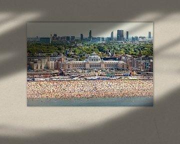 Luchtfoto van Scheveningen, strand en Kurhaus van Frans Lemmens
