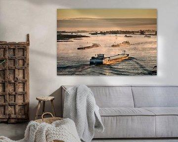 Binnenvaartschepen op de Waal bij Nijmegen van Frans Lemmens
