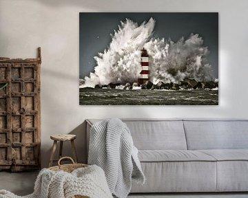 Les vagues se brisent sur une balise près d'IJmuiden