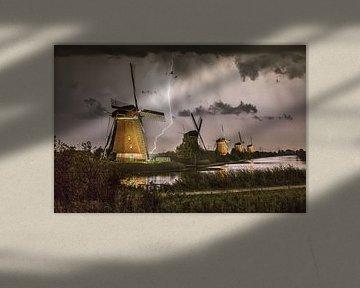 Des éclairs près des moulins à vent illuminés de Kinderdijk