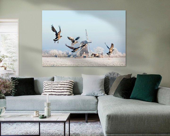 Impression: Les oies canadiennes s'envolent près d'un moulin à vent en hiver sur Frans Lemmens