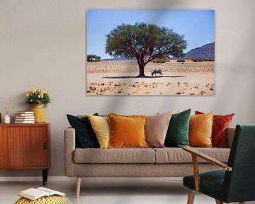 Oryx onder een boom in de Namib woestijn van Merijn Loch