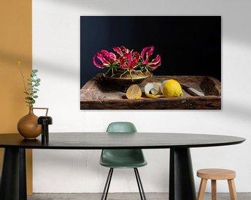 Stilleven met rode klimlelie en geschilde citroen van Affect Fotografie