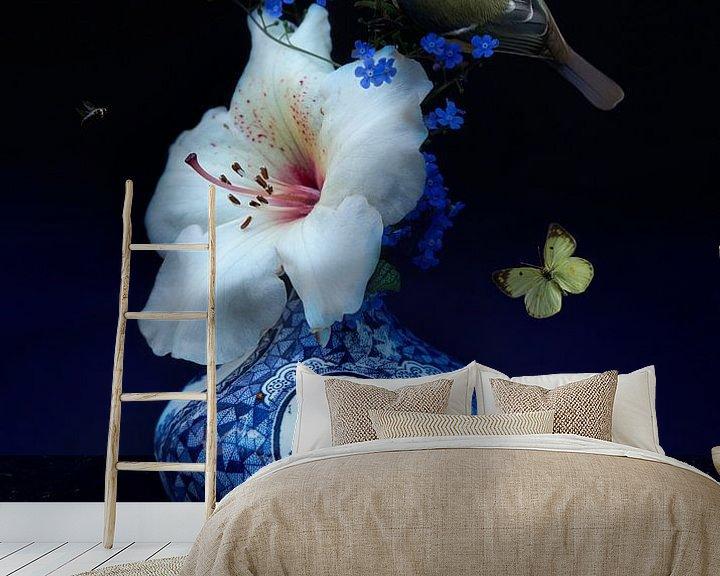 """Sfeerimpressie behang: """"Royal Respect"""" Bloemstilleven met  Delfst blauwe kunst van Sander Van Laar"""