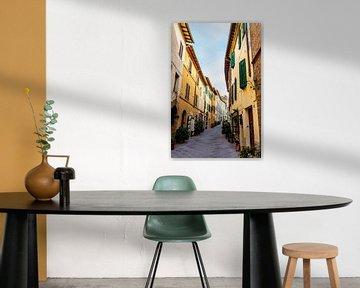 Straße im toskanischen Dorf von Mickéle Godderis
