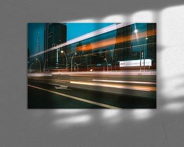 Dubai Sheikh Zayed Road am Abend (Nacht) mit dem Burj Khalife im Hintergrund