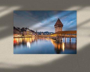 Kapellbrücke Luzern zur blauen Stunde von Ilya Korzelius