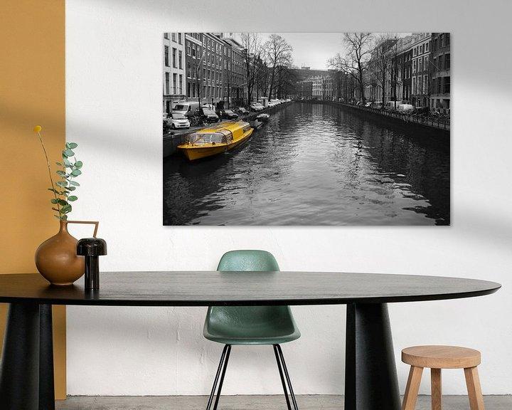 Sfeerimpressie: Gele rondvaartboot in de Amsterdamse grachten van Sander Jacobs