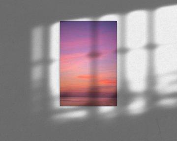 Roze oranje zonsondergang lucht boven de zee van Charlotte Van Der Gaag