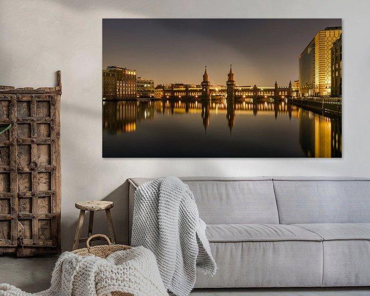 Sfeerimpressie: Oberbaumbrücke 's nachts met reflectie van Frank Herrmann