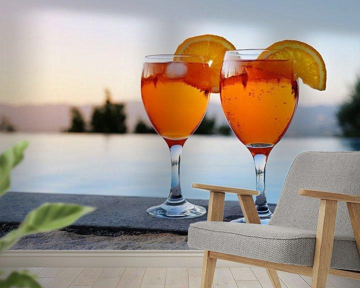 Sfeerimpressie behang: twee glazen met Spritz Veneziano, een Italiaans cocktaildrankje van aperol, prosecco en soda op een  van Maren Winter