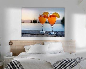 deux verres avec Spritz Veneziano, un cocktail italien composé d'un apéritif, d'un prosecco et d'un  sur Maren Winter