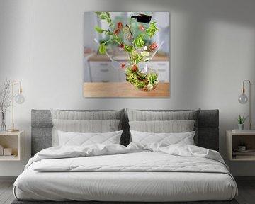 Salade volante, laitue, tomates, concombres et radis tombent avec des éclaboussures d'huile et de vi sur Maren Winter