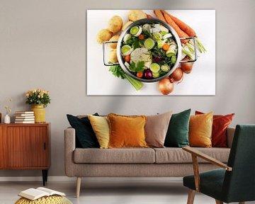 Bouillon avec carottes, oignons, divers légumes frais dans une marmite - soupe printanière claire et sur Beats
