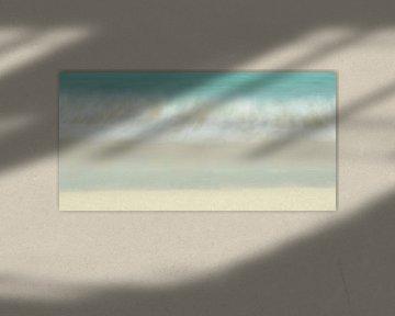 Aanspoelende golf op het strand van Irma Meijerman