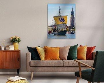 Historische Kamper Kogge zeilboot zeilt over de IJssel voor de Hanzestad Kampen van Sjoerd van der Wal