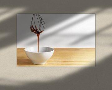 Le sirop de sucre brun coule d'un fouet en fil de fer dans un bol blanc, une table en bois et un fon