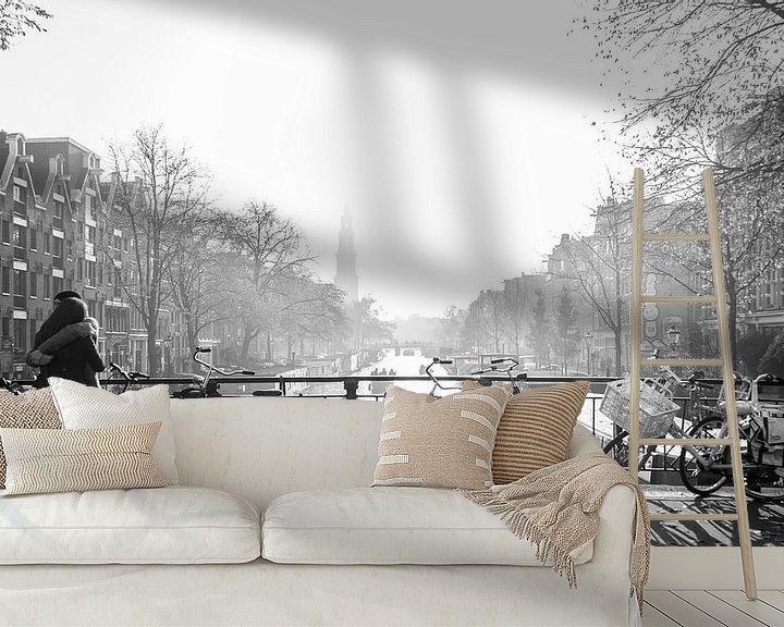 Sfeerimpressie behang: Love in misty Amsterdam van Wil Crooymans