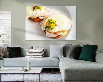gebakken ei op volkorenbroodje met tomaat, komkommer en gekookte ham, gezond stevig ontbijt op een w van Maren Winter
