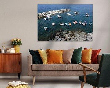 vrijetijdsboten in een rotsachtige natuurlijke haven in de middellandse zee in italië, uitzicht vanu van Maren Winter