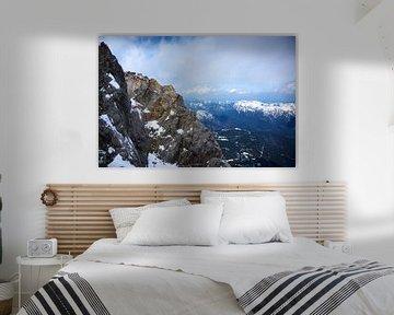 Bergkam in de Beierse Alpen onder een bewolkte hemel, Duitsland, Oostenrijk, kopieerruimte van Maren Winter
