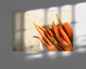 geglazuurde wortelstokken met peterseliegarnituur in een schaal op een rustieke houten tafel, hoekac van Maren Winter