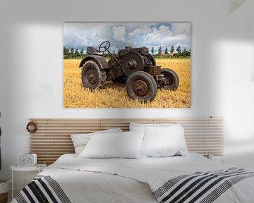 Historische tractor op een stoppelveld van Bram van Broekhoven