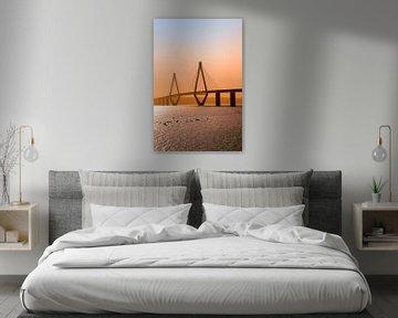 faro brug in het licht van de zonsondergang, de snelwegbrug over de Storstroem in denem verbindt de  van Maren Winter
