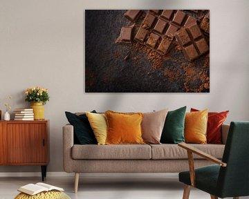 chocolade- en cacaopoeder op een donkere leisteenachtergrond met kopieerruimte, hoge hoekweergave va van Maren Winter