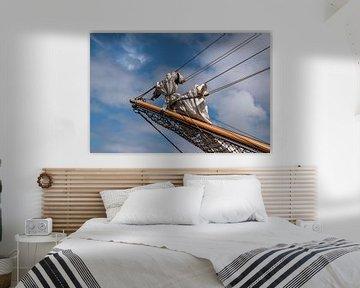 bôme de foc avec des voiles enroulées sur la proue d'un voilier historique dans un ciel bleu avec de sur Maren Winter