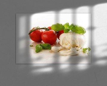 Italiaanse caprese, mozzarella, tomaten en basilicumkruid op een licht marmeren bord, kopieerruimte, van Maren Winter