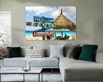 Strandbordjes met parasol, Curacao van Paul van Putten