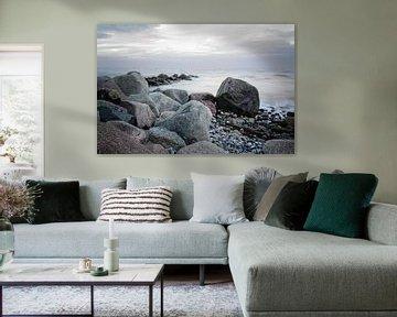 stenen aan de kust in de zee, zachte golven door langdurige blootstelling, kopieerruimte van Maren Winter