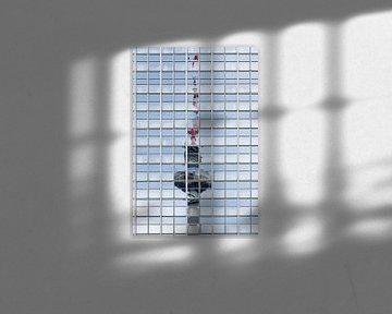 der berliner fernsehturm spiegelt sich in den fenstern eines hochhauses, eines berühmten Wahrzeichen von Maren Winter
