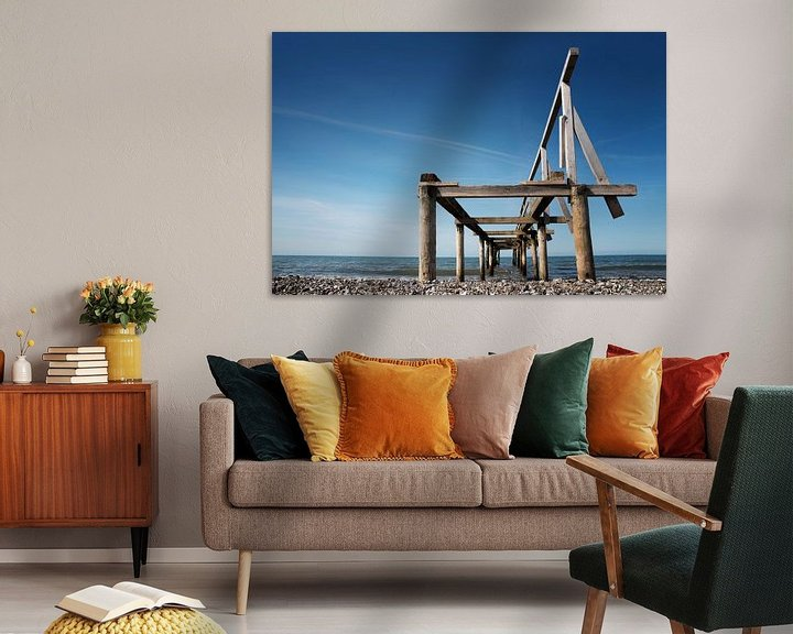 Beispiel: Zerbrochener hölzerner Pier oder Steg führt ins Meer vor blauem Himmel, Perspektive von unten, Kopie von Maren Winter