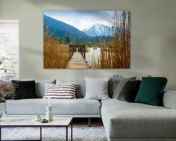 Jetée en bois avec porte dans le lac Tegernsee, montagnes enneigées en arrière-plan, paysage dans la