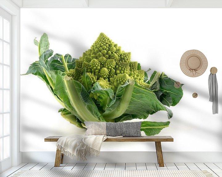 Sfeerimpressie behang: Romanesco broccoli of Romeinse bloemkool geïsoleerd op een witte achtergrond, groene groente, biolog van Maren Winter